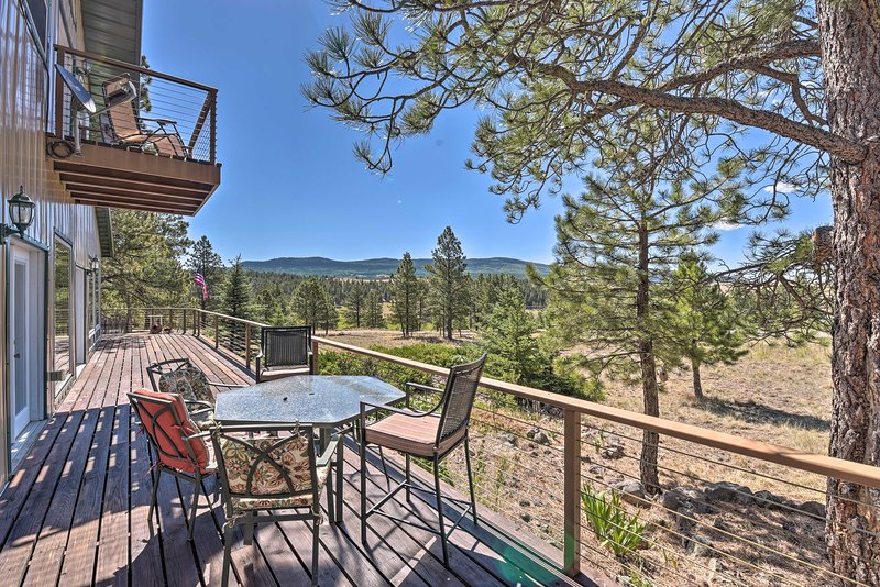 NEW! Spacious Mtn Home, 10 Mi to Angel Fire Resort, holiday rental in Angel Fire