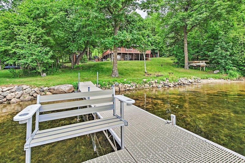 Cozy Lakefront Cabin w/ Dock, Canoe & 2-Story Deck, location de vacances à Staples