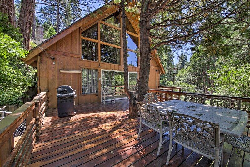 Rustic Lake Arrowhead Cabin - 5 Mins to Village!, alquiler de vacaciones en Cedar Glen