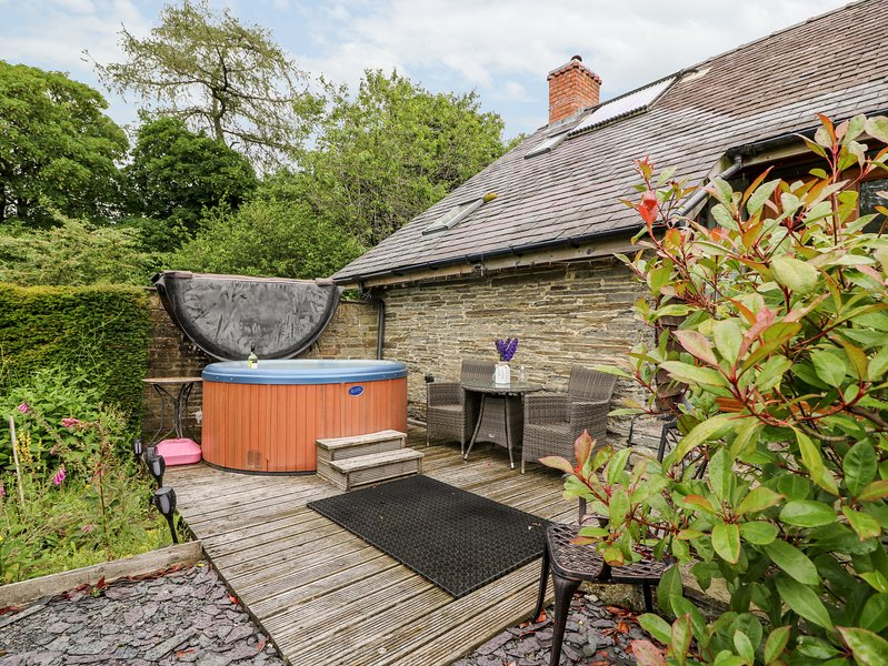 THE CWTCH, converted barn, super king-size bed, woodburner, hot tub, holiday rental in Dulas