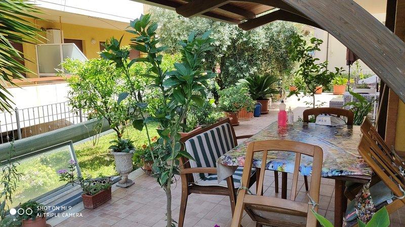 APPARTAMENTO NUOVO CON AMPIO PORTICATO E GIARDINO, vacation rental in San Benedetto Del Tronto