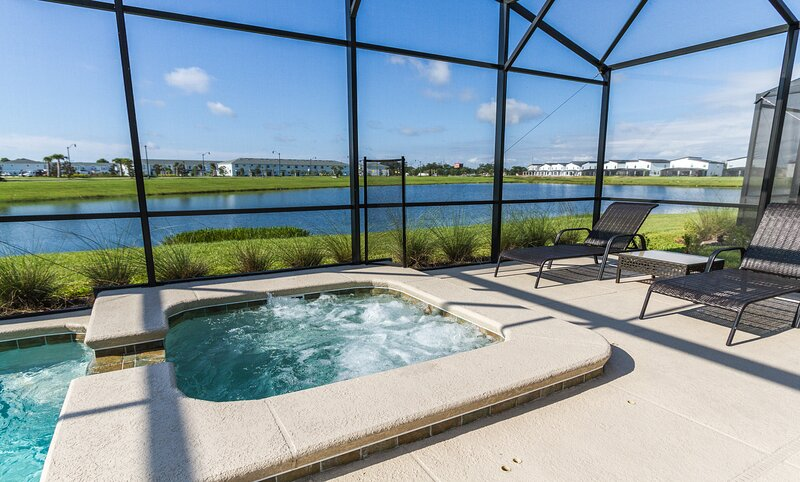 Private pool and spa with a beautiful jacuzzi. Great for relaxing at the end of the day with this gr