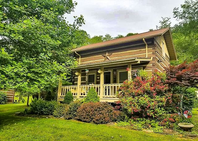 Riverside Rendevzous - Riverfront Log Cabin W/WiFi, Gas Fireplace, & FirePit, location de vacances à Lansing