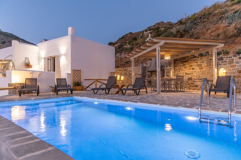 Pleiades luxury villa Kelaino with private pool&bbq and stunning Aegean view, holiday rental in Agkidia