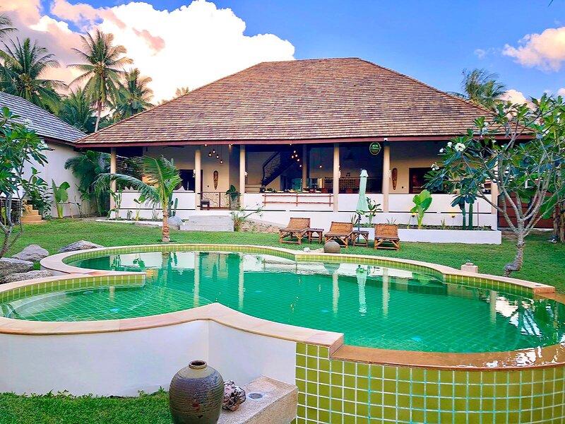Baan Yai Tropical villa, 5 bedrooms, Celebration Space & Yoga Shala, casa vacanza a Ban Hin Kong