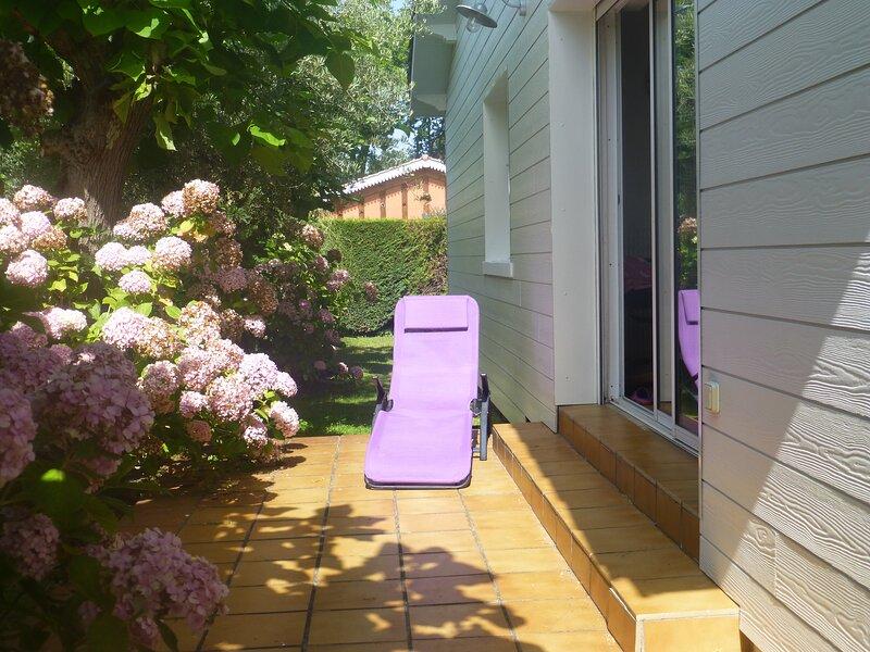 VILLA 90 m2  à 200 METRES DU BASSIN  ET DU CENTRE VILLE + TERRAIN CLOTURE 700 m2, holiday rental in Gironde