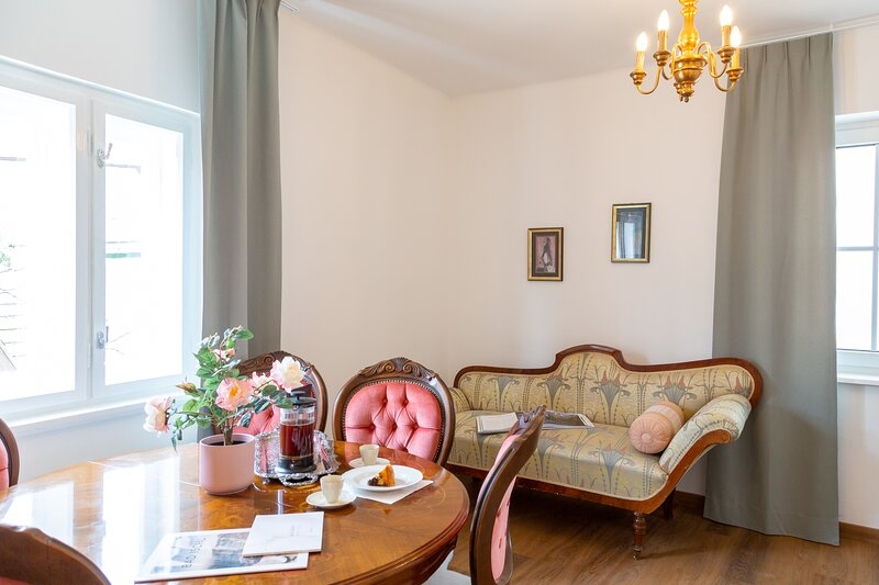 Heritage Boutique Apartment Adele - historisch & zentral, holiday rental in Ebensee am Traunsee