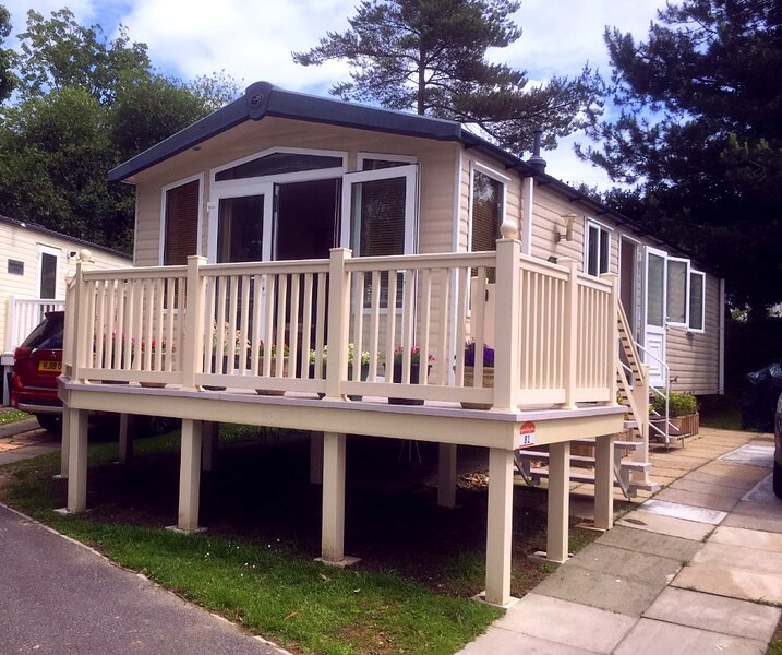 Daffodil, beautiful dog friendly caravan on award winning Rockley Park, Poole, aluguéis de temporada em Sandford