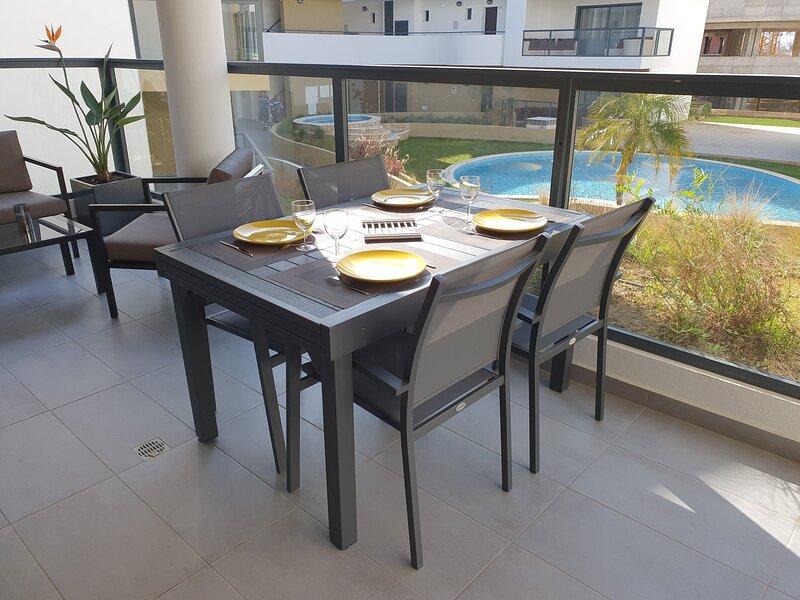 table extérieure vue piscine