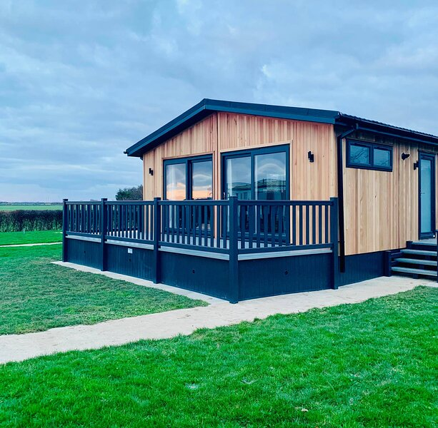 Dovecote Lodge with PRIVATE HOT TUB, alquiler de vacaciones en Claythorpe