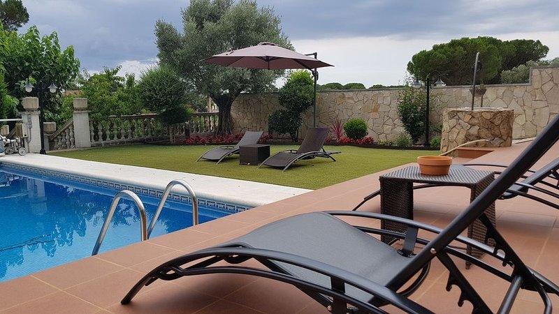 Casa Costa Brava con piscina privada, jardín, pista basquetbol. Ideal familias, holiday rental in Vilobi d'Onyar