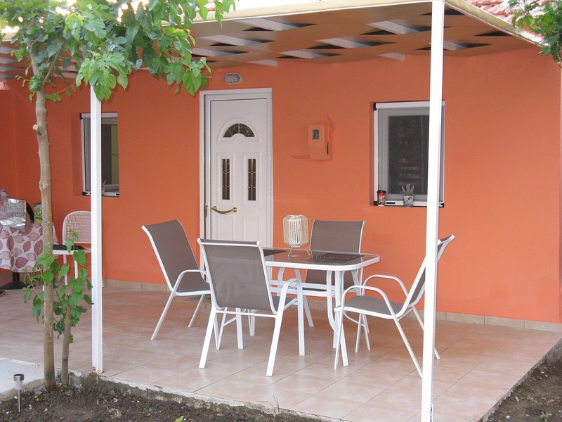 Little House Ligia- Quiet & only 30m from the beach!, vacation rental in Yenion
