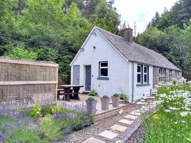 Oshnie Cottage with Hot Tub, holiday rental in Birnam