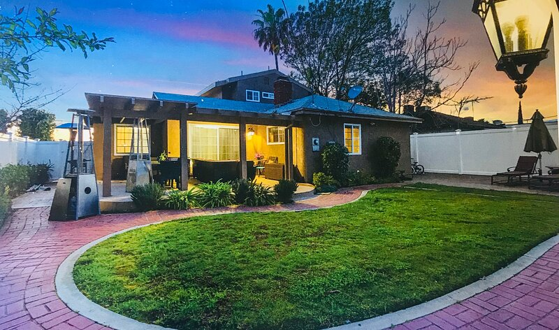 MINUTES AWAY FROM BOB HOPE AIRPORT UNIVERSAL CITY AND HOLLYWOOD SIGHN, holiday rental in San Fernando