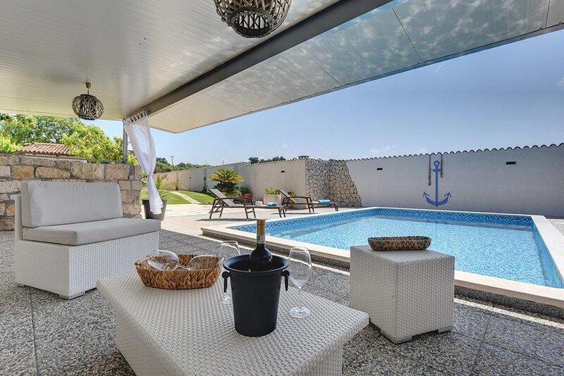 Villa Dora - Two Bedroom Villa with Private Pool, casa vacanza a Pomer
