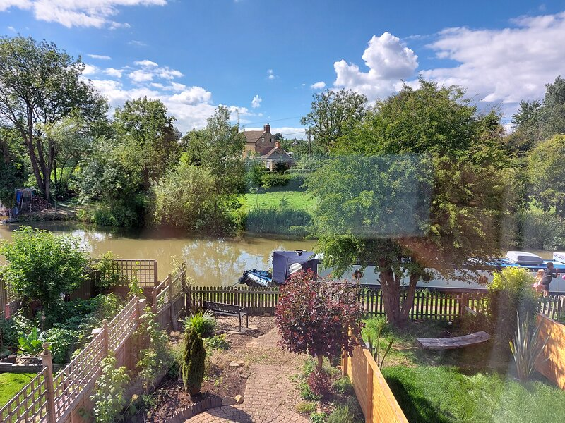 Canalside village house, holiday rental in Weedon