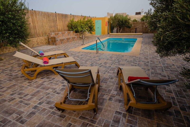 Villa El Cantil con piscina y barbacoa, location de vacances à Triquivijate