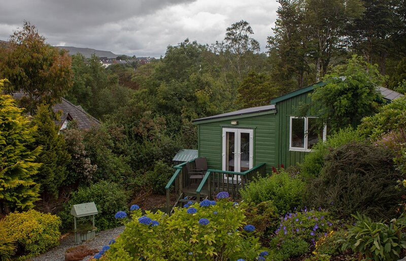 Skye Garden Accommodation, Portree, a charming and cosy cottage with sea views!, casa vacanza a Sconser