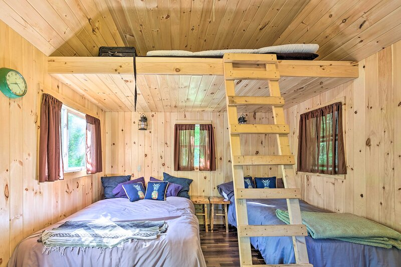 NEW! Cozy Riverside Dual-Unit Cabin w/ Fireplace!, vacation rental in Bakers Mills