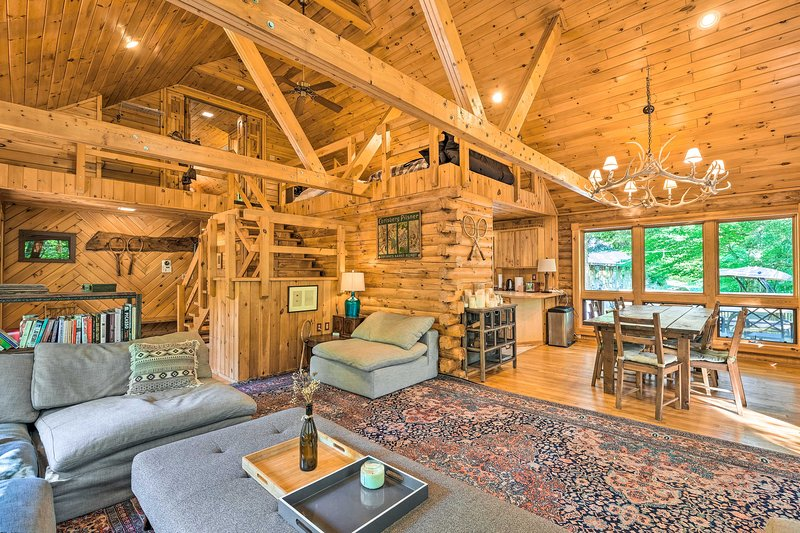 NEW! Upscale Warrensburg Cabin w/ Private Hot Tub!, alquiler de vacaciones en Bakers Mills