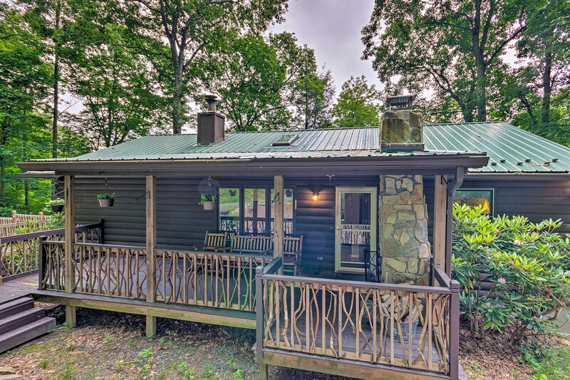 NEW! Quaint Cabin w/ Outdoor Fireplace & Sunroom!, holiday rental in Boone