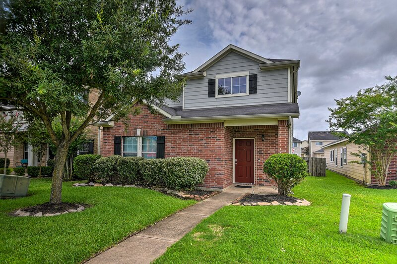 NEW! Houston Home w/ Yard Ideal for All Age Groups, holiday rental in Rosharon