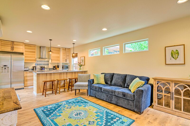 NEW! Updated Home w/ Patio, Walk to Shops & Dining, alquiler vacacional en Colorado Springs