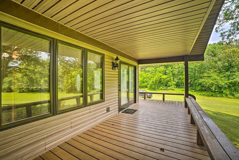 NEW! Updated Gilbertsville Retreat: Steps to Lake!, holiday rental in Calvert City
