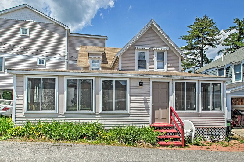 NEW! Bayside Weirs Beach Cottage, Steps to Pier!, aluguéis de temporada em Laconia