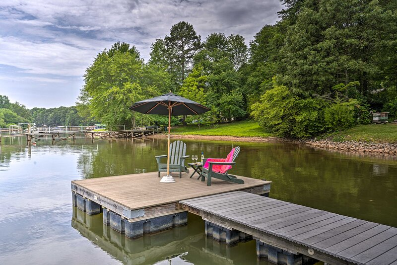 NEW! Lakefront Family Home w/ Dock & Ramp Access!, holiday rental in Lake Norman