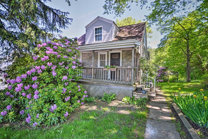 NEW! Family House w/Balcony <3 Mi to WV University, holiday rental in Reedsville