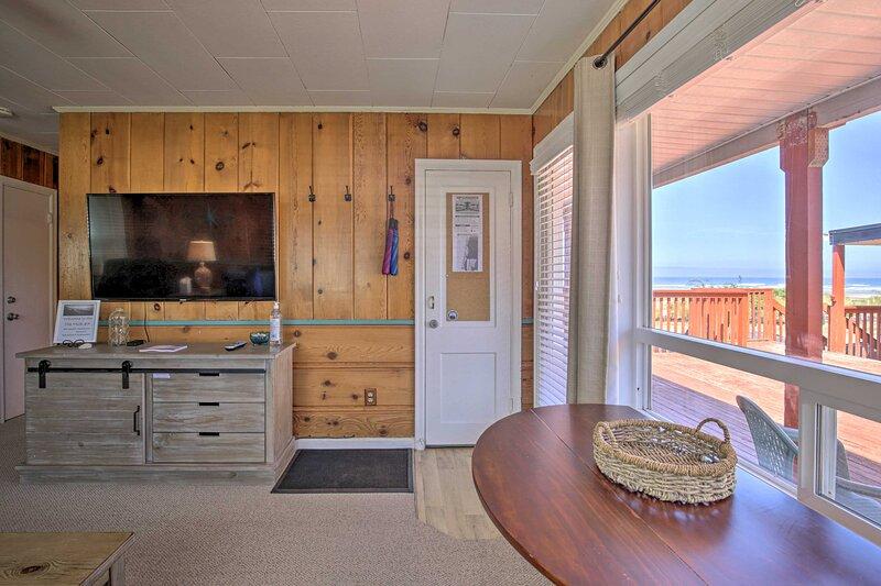 NEW! Oceanview Rockaway Beach Condo w/Deck & Grill, alquiler de vacaciones en Barview