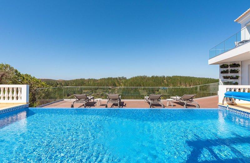 Luxe Villa com Piscina e Vista Mar, Parque da Floresta Golfe Resort, Budens, casa vacanza a Carrapateira