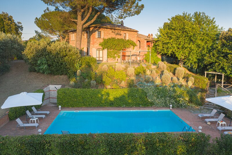 Villa al Pozzo, private villa with pool near Cortona. 5 bedrooms and 5 bathrooms, holiday rental in Lucignano