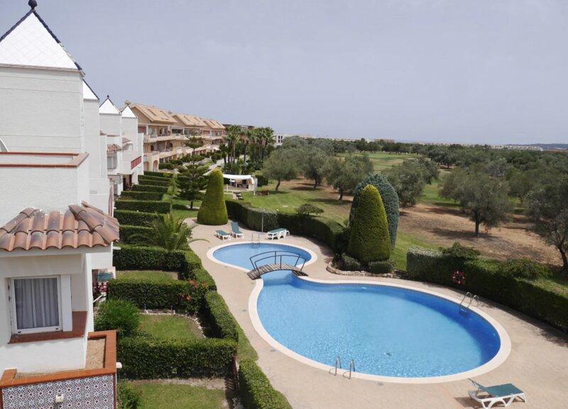 Apartamento con piscina en campo de golf a 15 min de la playa, holiday rental in Castellón de la Plana