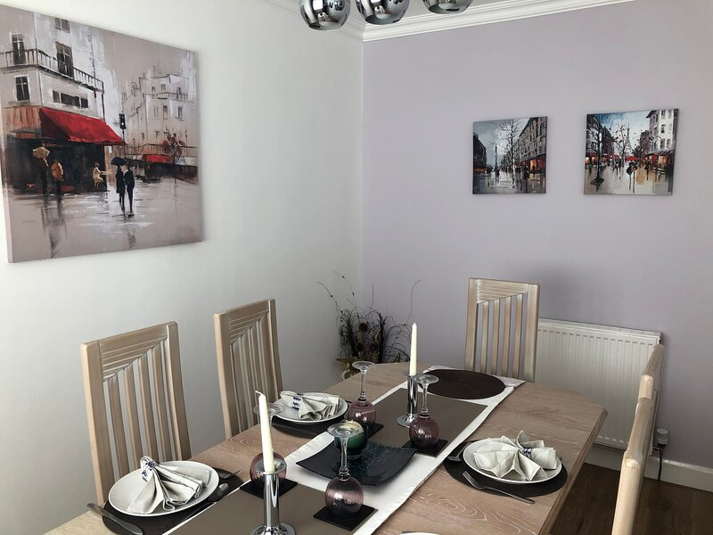 Stylish central Dunfermline 2 bedroom home, holiday rental in Newton