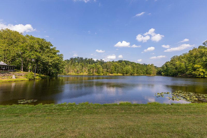 PRIVATE 12 ACRE LAKE, ISLAND, 80 ACRES AND A HOT TUB!, vacation rental in Columbus