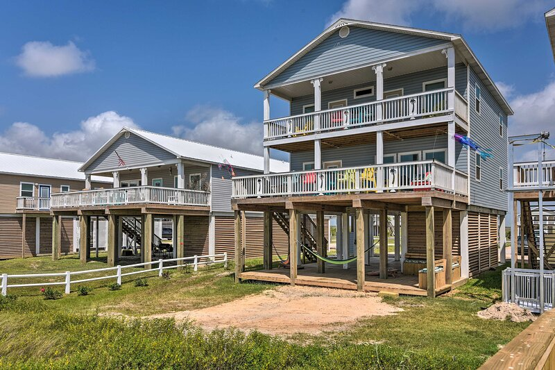 Oceanfront Retreat w/Decks Steps to Surfside Beach, alquiler vacacional en Surfside Beach