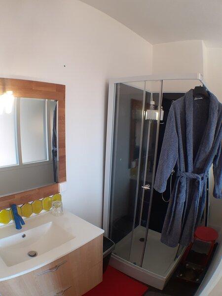 Chambre 'Arthur' - Le Prieuré st Marcel  - Lit king size - TV - S de bain privée, holiday rental in Polignac