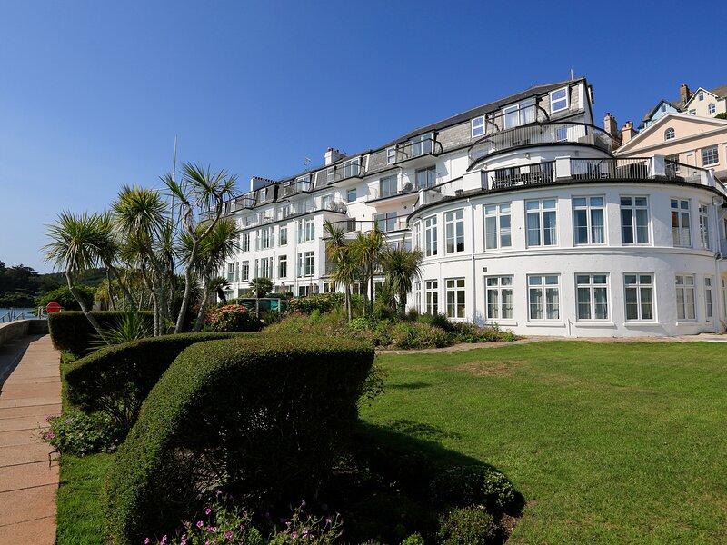 3 THE SALCOMBE, poolside terrace, communal gardens, seasonal outside swimming, holiday rental in East Portlemouth