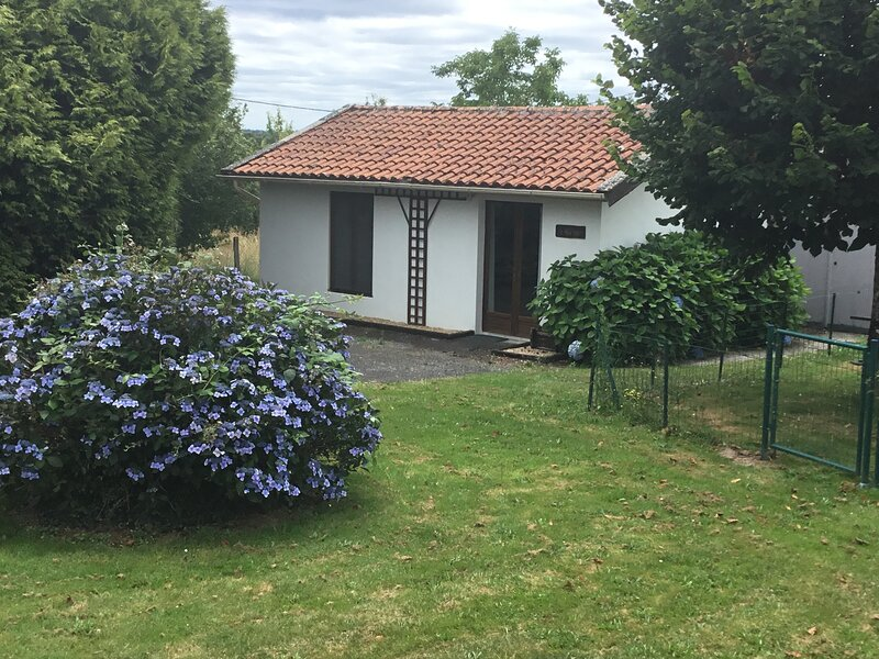 The gite is in a secluded and very pretty hamlet near Maisonnais-sur-Tardoire., vacation rental in Busserolles