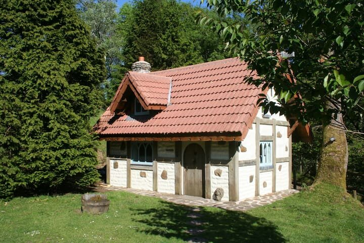 Snow White's House, vacation rental in Felindre
