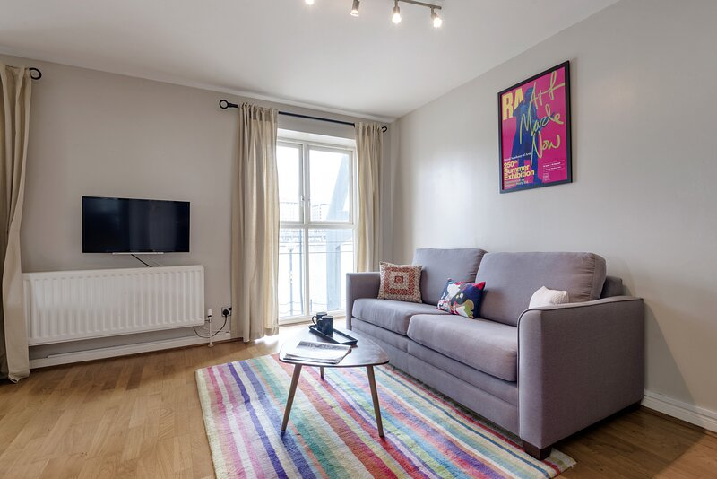 Panoramic Docklands Home with Waterfront Views, location de vacances à East Ham