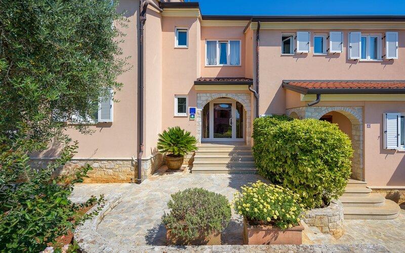 Apartment 113-3 for 6 Pers. in Bašanija, location de vacances à Basanija