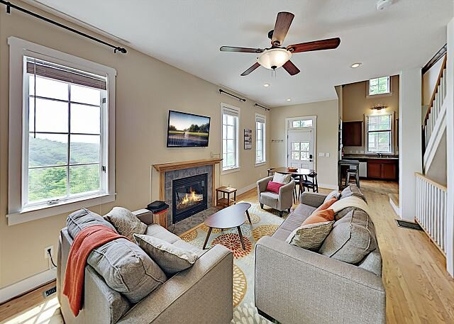 Ruby Sky: Mountain Home w/ 2 Fireplaces, Private Hot Tub & Big Views, holiday rental in Flag Pond