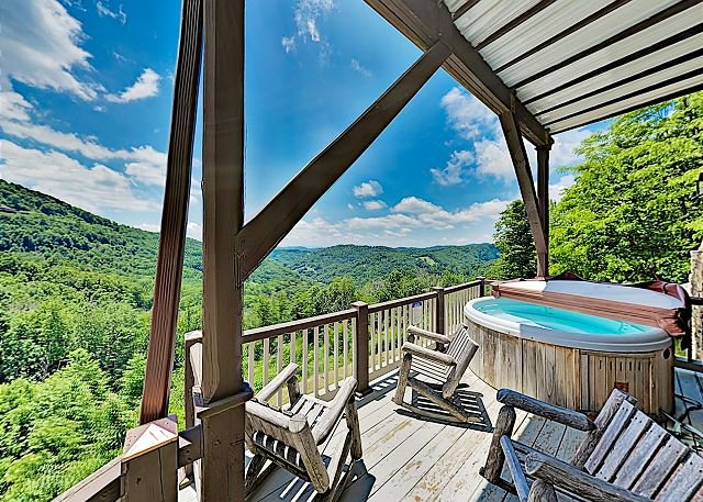 Emerald Sky: Charming Mountain Home w/ Hot Tub, Fireplaces & Incredible Views, holiday rental in Flag Pond