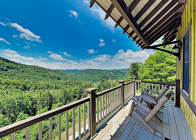 Ruby Sky & Emerald Sky: Mountain Homes w/ Private Hot Tubs & Stunning Views, holiday rental in Flag Pond