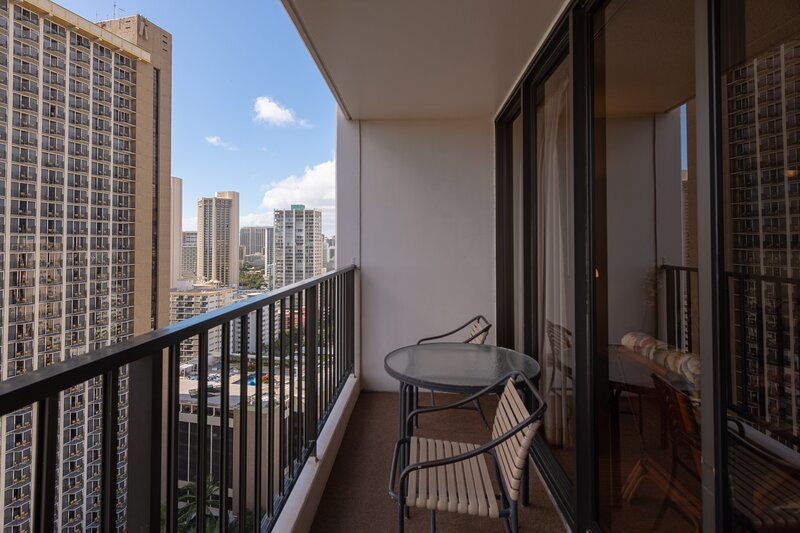 Deluxe 24th Floor Ocean View Waikiki Condo, Free parking & WiFi, holiday rental in Kahala