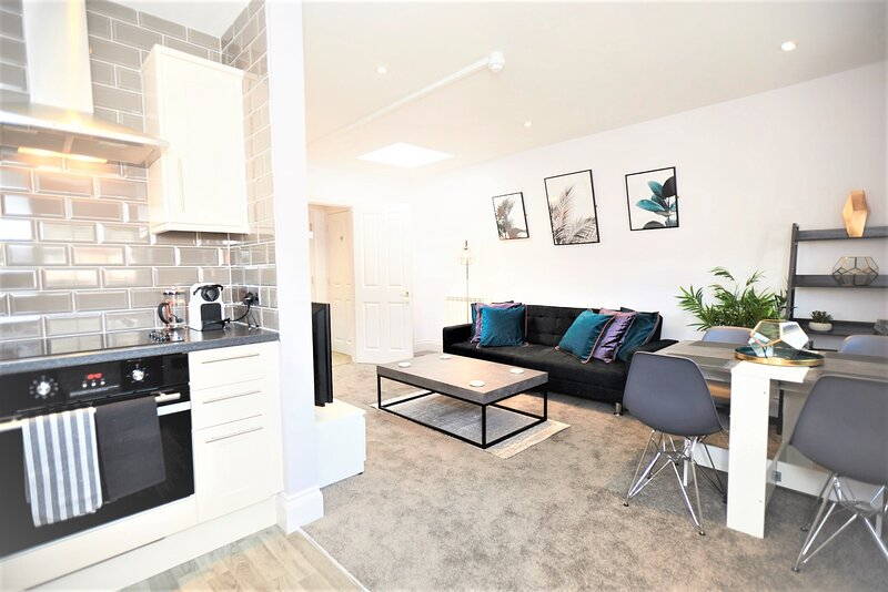 STAYCATION! Apartment with a view - Hampton Court, holiday rental in East Molesey