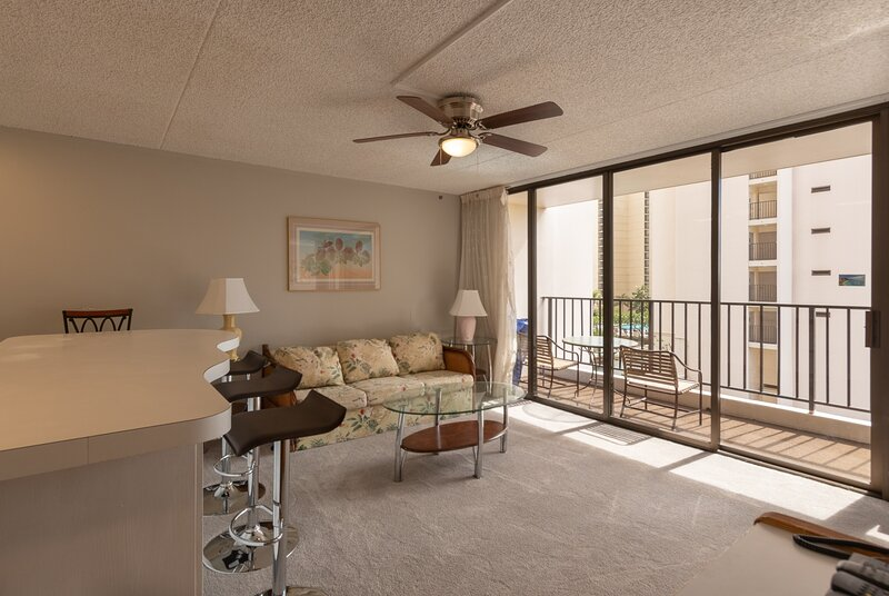 8th Floor Mountain & Partial Sea View Condo at Waikiki Banyan, aluguéis de temporada em Kahala